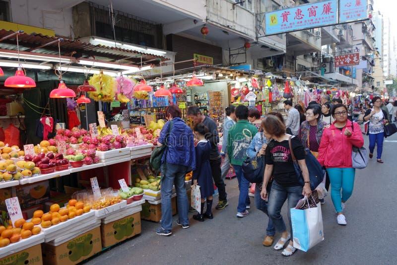 L'achat de clients porte des fruits au marché de ville de Kowloon en Hong Kong photographie stock