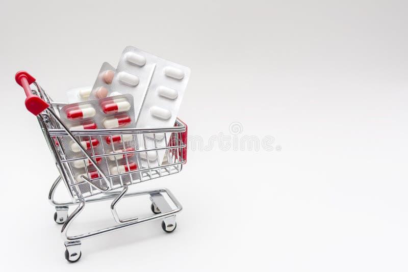L'achat des drogues de pharmacie dope dans le caddie image stock