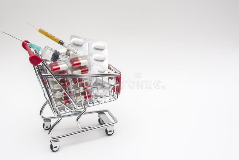 L'achat des drogues des seringues de pharmacie dope, des seringues dans les achats photographie stock libre de droits