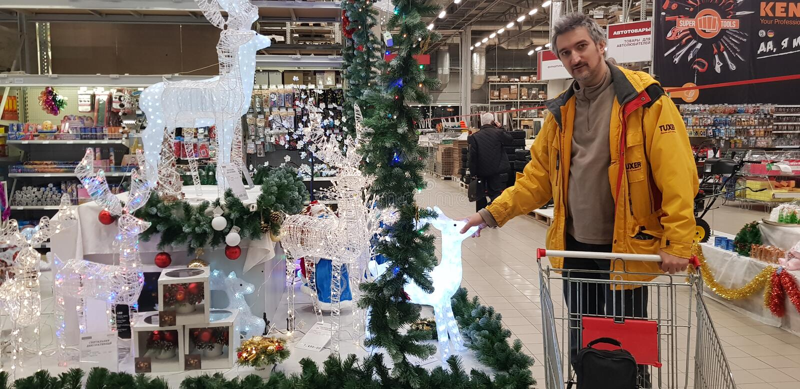 L'acheteur choisit des chiffres et des décorations de Noël dans le magasin images libres de droits