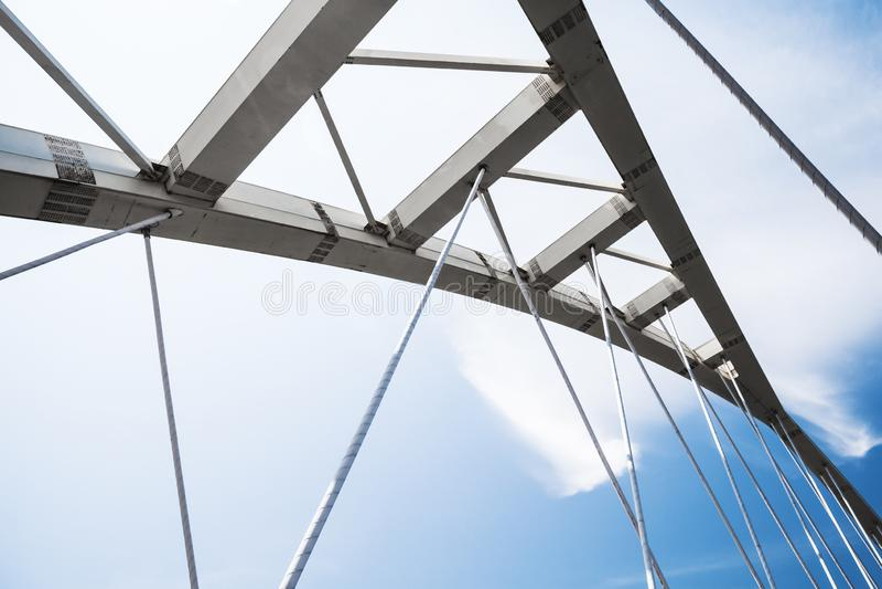 L'acier blanc câble-est resté des détails de pont photo stock