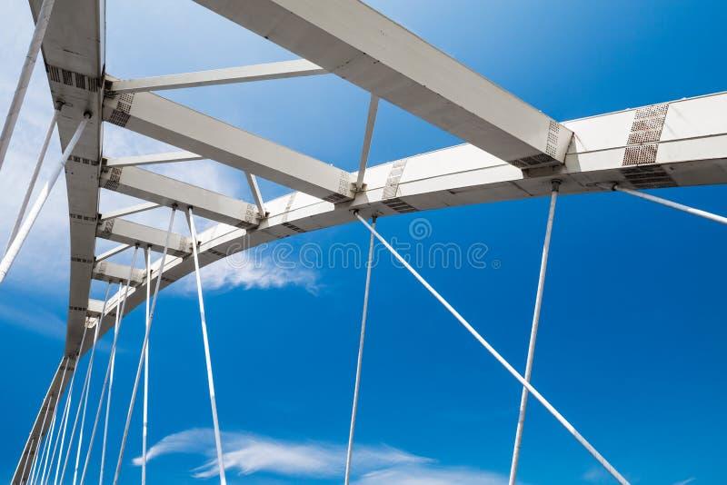 L'acier blanc câble-est resté le fragment de pont photo libre de droits