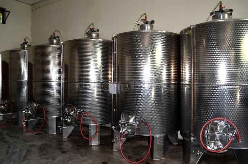 L'acier inoxydable échoue pour une fermentation de fabrication moderne de vin de la vinification photographie stock libre de droits