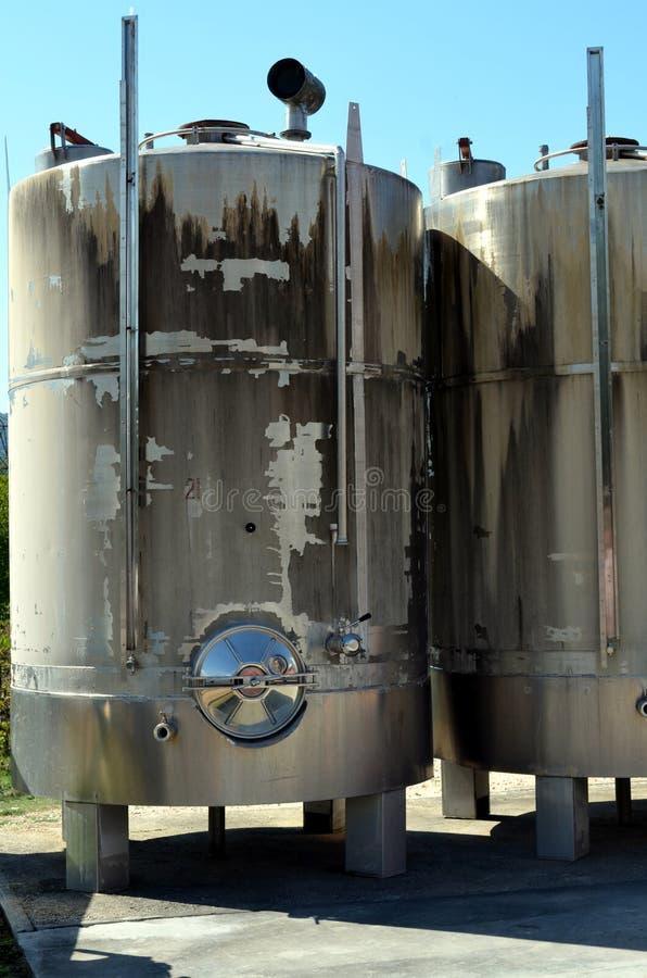 L'acier inoxydable échoue pour une fermentation de fabrication moderne de vin de la vinification image stock