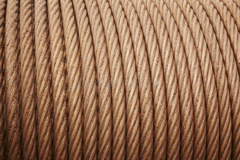 L'acier lourd a lové le détail graissé de câble dans le ton chaud images stock