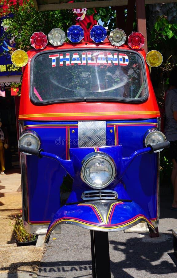 L'acier réutilisé en métal de la Thaïlande trois roulent le taxi indigène Tuk Tuk au spectacle d'animaux de Hau-Hin Tique images stock