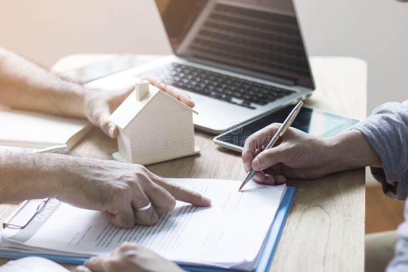 L'acquéreur de logement sont signent le contrat photographie stock libre de droits