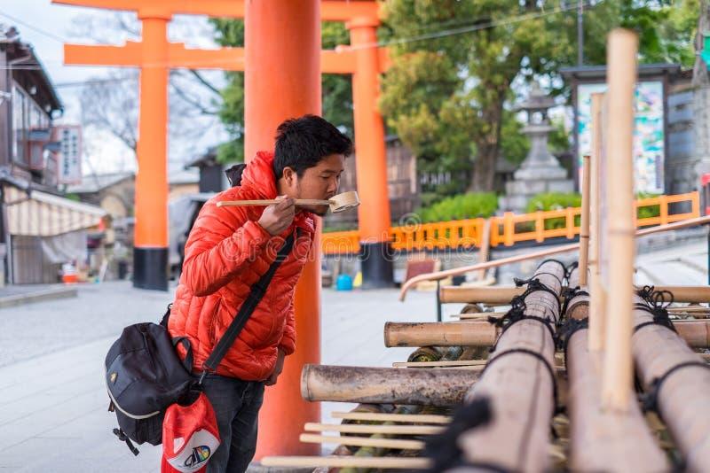 L'acqua aspettante della gente nel alson del tempio del santuario di Kiyomizu-dera sa come tempio puro dell'acqua fotografia stock libera da diritti