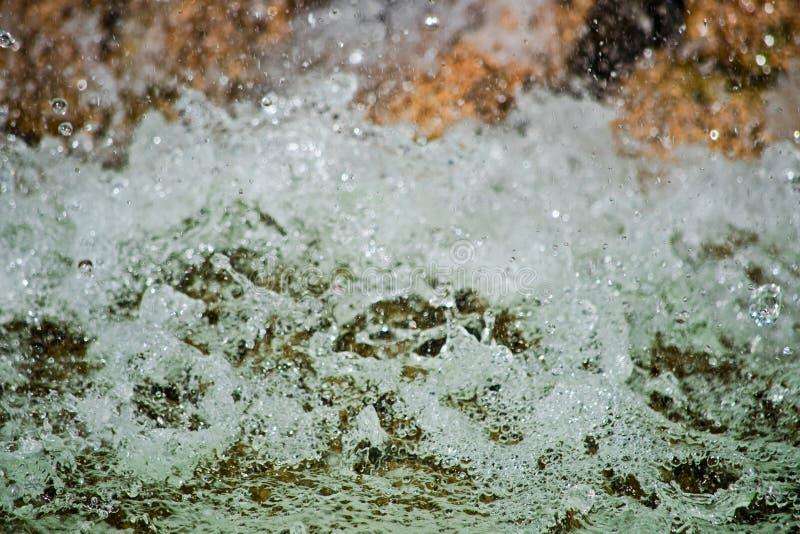 L'acqua con spruzzo e schiuma è macro fotografia stock libera da diritti