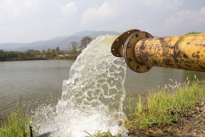 L'acqua della pompa riempie il bacino idrico, stoccaggio prima della siccità fotografie stock