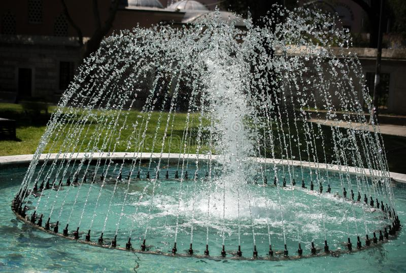 L'acqua frizzante di zampillo delle fontane in una cacca immagini stock libere da diritti