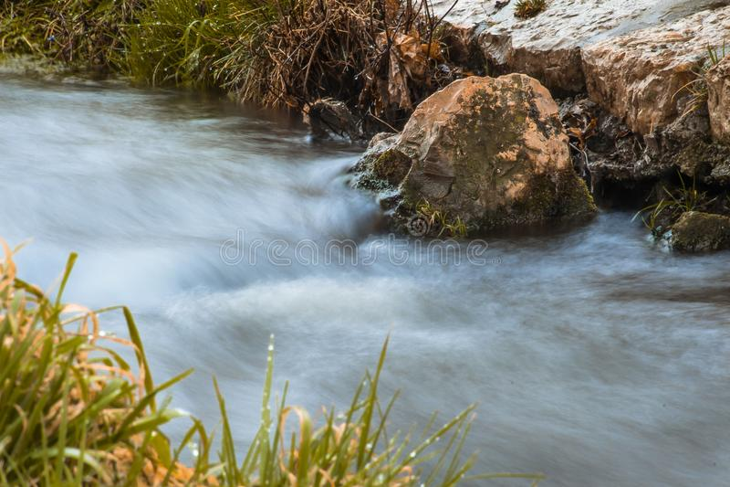 L'acqua funziona, i soggiorni della roccia immagini stock