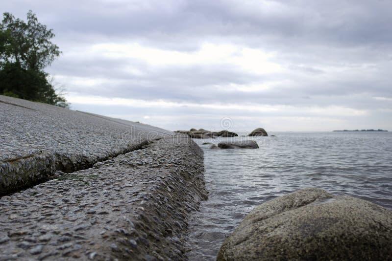 L'acqua incontra di pietra immagine stock libera da diritti