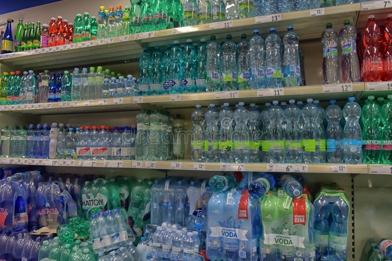 L'acqua nel supermercato fotografie stock