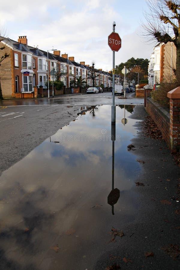 L'acqua piovana è straripata in una strada cittadina fotografie stock