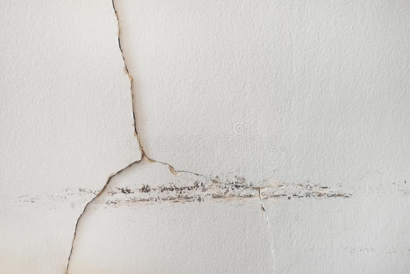 L'acqua piovana cola sul soffitto del soffitto che causa il danno, le mattonelle ed il bordo di gesso immagini stock