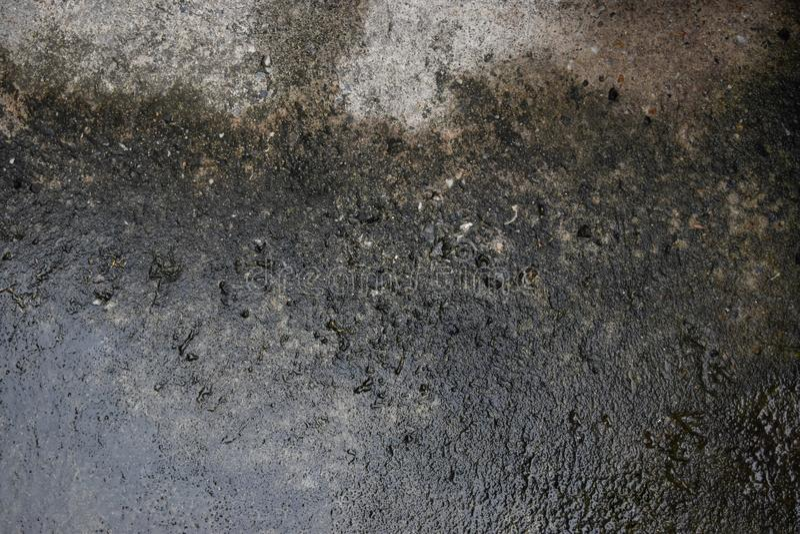 L'acqua piovana cola sulla pittura della sbucciatura di danno del cemento e ammuffito immagini stock libere da diritti
