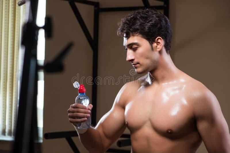 Download L'acqua Potabile Dell'uomo Assetato Nella Palestra Di Sport Fotografia Stock - Immagine di misura, rottura: 117976468