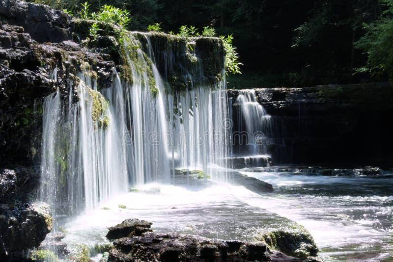 L'acqua scorre giù la cascata immagine stock