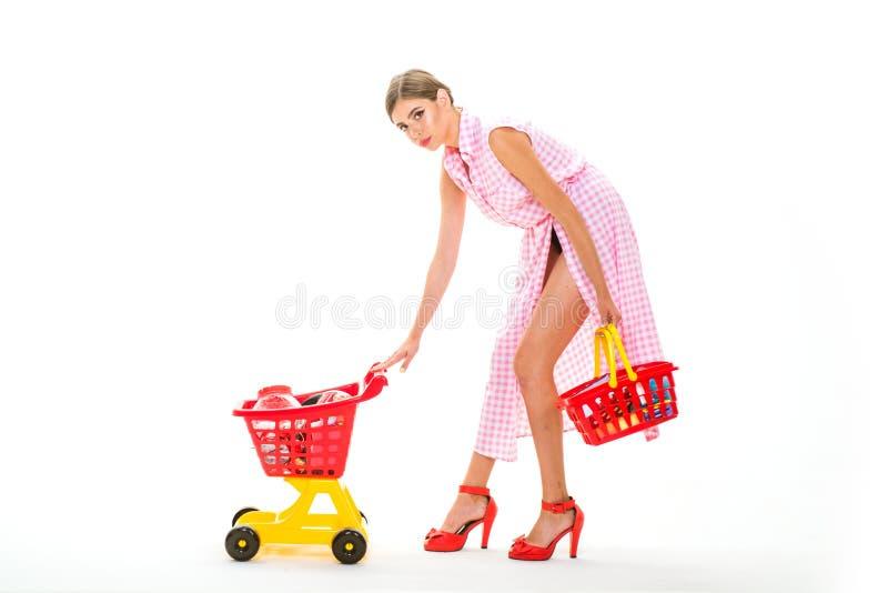 L'acquisto è la sua passione Tempo di grande di spesa Fabbricazione del collegamento al minuto retro compera di amore della donna fotografia stock