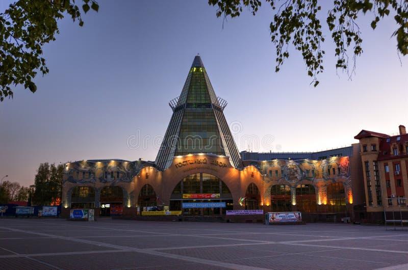 L'acquisto ed il centro di affari Gostiny Dvor della città di Chanty-Mansijsk fotografia stock