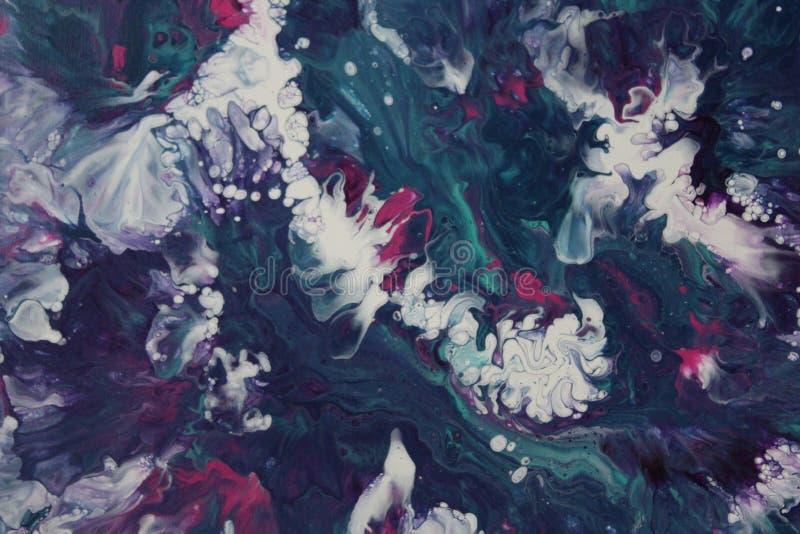 L'acrilico astratto versa la pittura che somiglia ad una tempesta di schianto in mare immagine stock