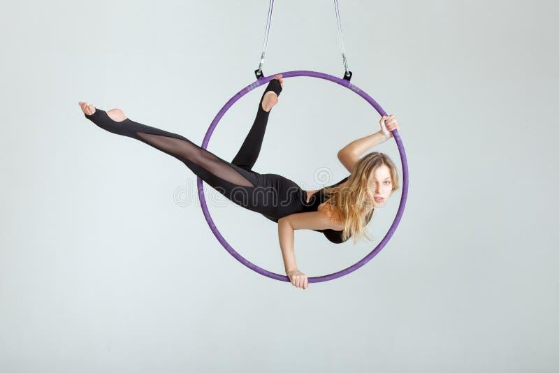 L'acrobate sur le vvurhu de hupe de danse polynésienne fait des tours image libre de droits