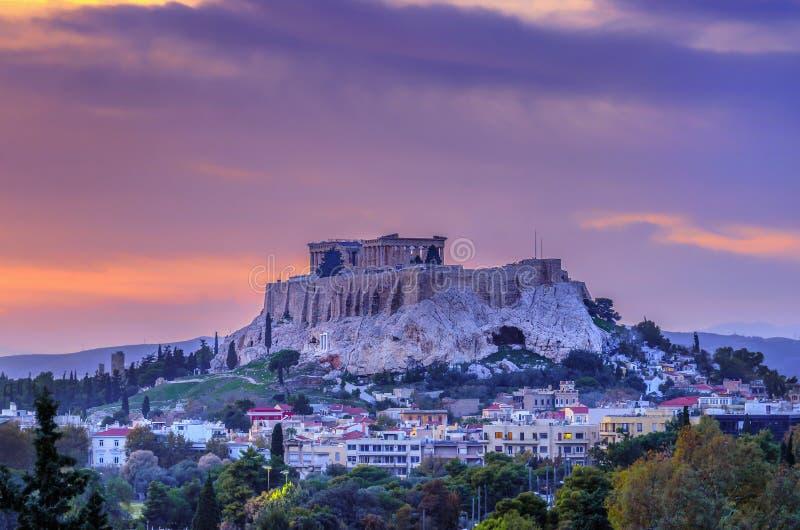 L'Acropole de la ville d'Athènes en Grèce avec le temple de parthenon consacré à la déesse Athéna comme vu du Panathenaic Stadiu photos libres de droits
