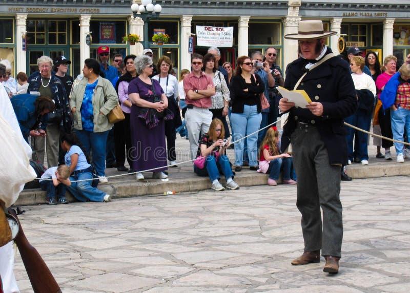 L'acteur dépeint colonel William Travis sur la rue devant Alamo image libre de droits
