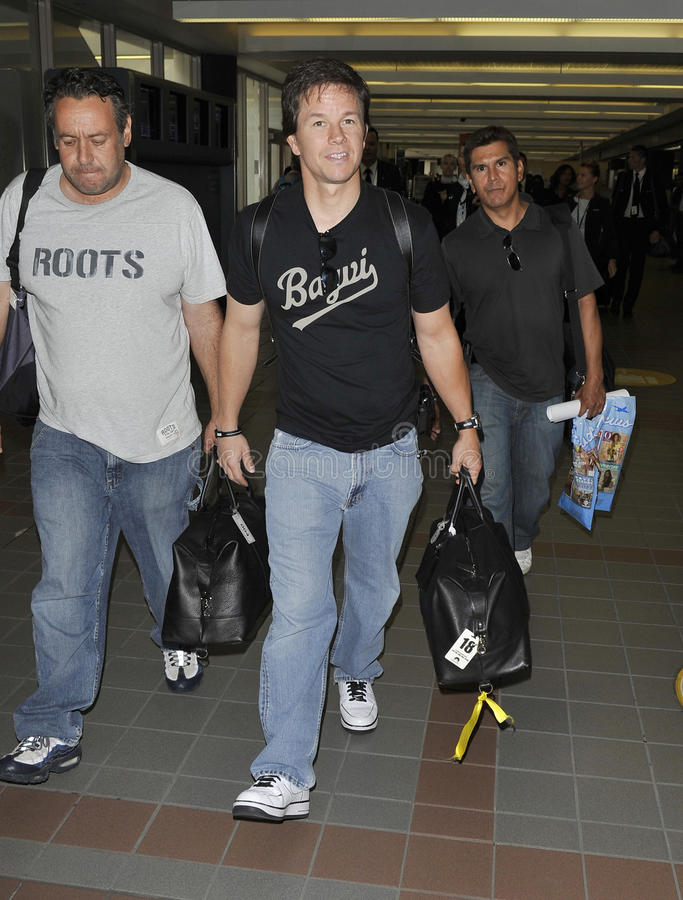 L'acteur Mark Wahlberg est vu chez LAX. photo stock