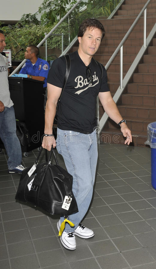 L'acteur Mark Wahlberg est vu chez LAX. photos libres de droits