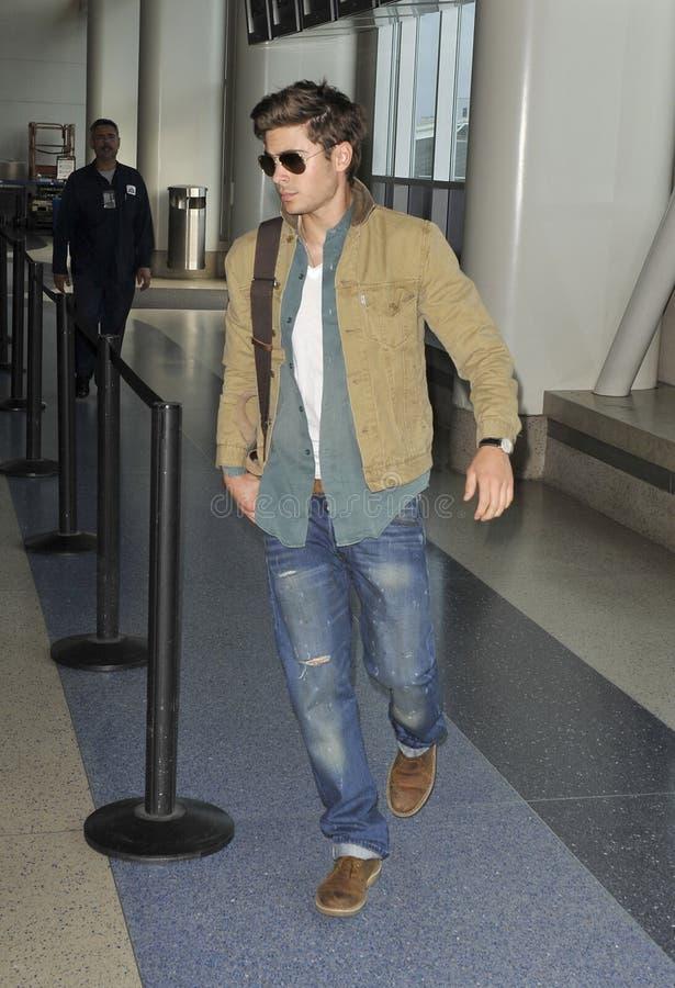 L'acteur Zac Efron est vu chez LAX photos stock