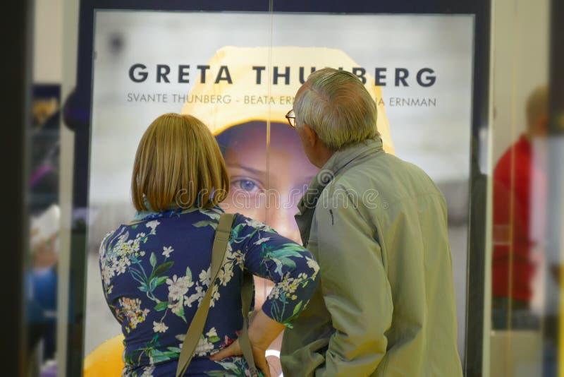 L'activiste su?dois Greta Thunberg de climat ?diter en Italie le livre traduit en tant que ?notre maison est sur la flamme ? photographie stock libre de droits