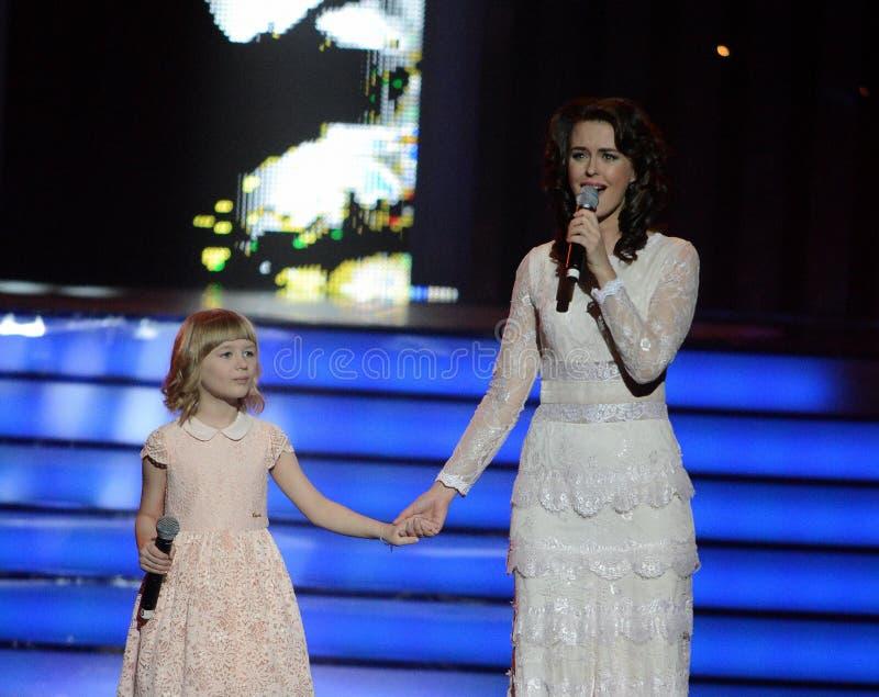 L'actrice Alena Bikkulova et le finaliste du ` ` Yaroslava Degtyareva d'enfants expriment †« photos libres de droits