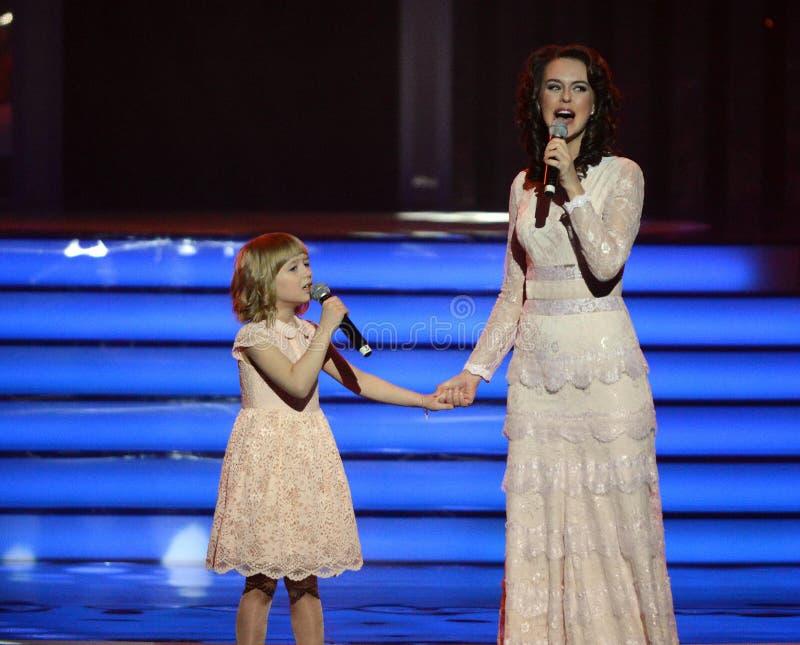 L'actrice Alena Bikkulova et le finaliste du ` ` Yaroslava Degtyareva d'enfants expriment †« image libre de droits