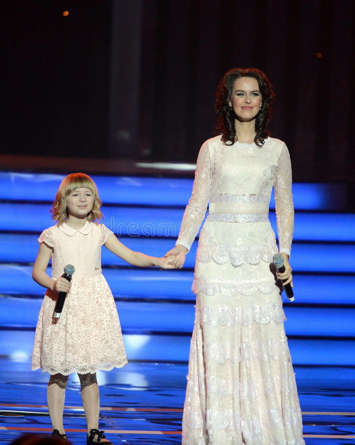 L'actrice Alena Bikkulova et le finaliste du ` ` Yaroslava Degtyareva d'enfants expriment †« photo stock