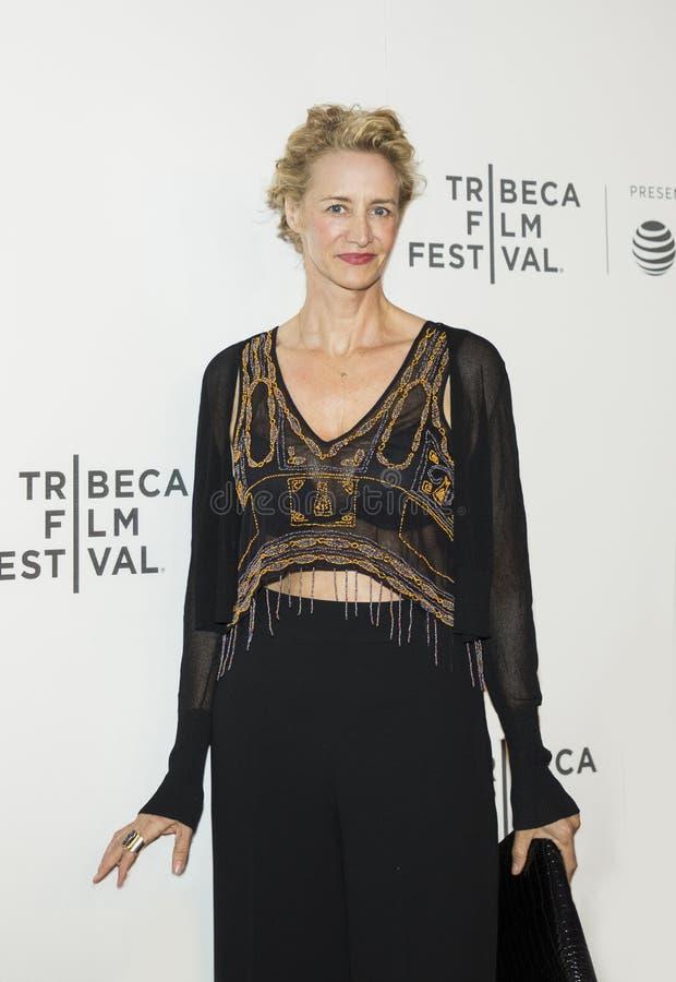L'actrice britannique Janet McTeer semble à la première 2017 de festival de film de Tribeca du ` l'exception ` images stock