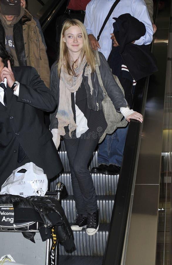 L'actrice Dakota Fanning est vue chez LAX image libre de droits
