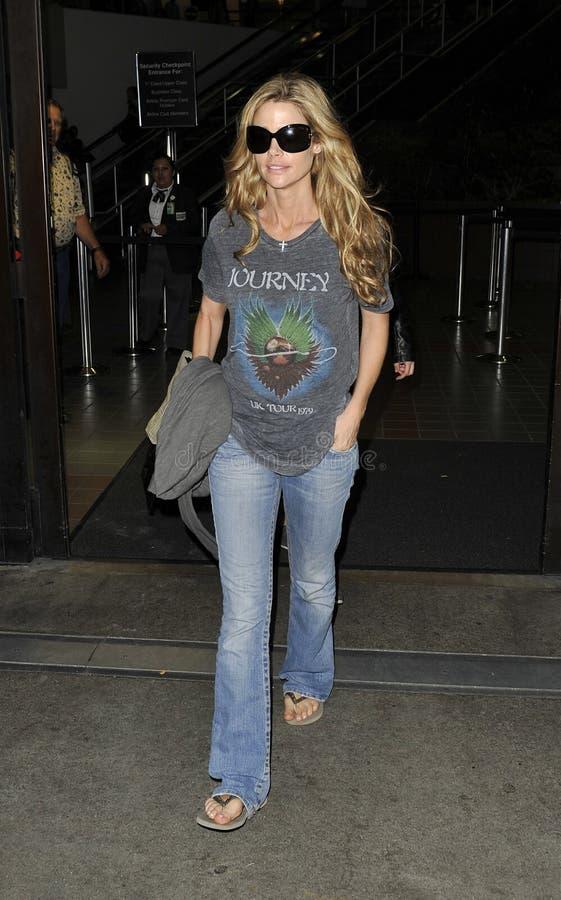 L'actrice Denise Richards est vue chez LAX photo stock