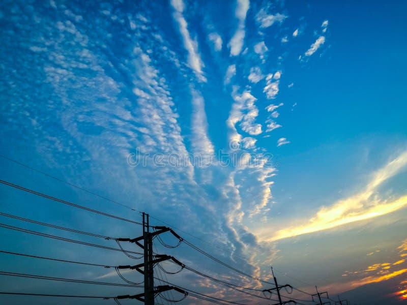 L'ad alta tensione nel bello cielo fotografie stock libere da diritti