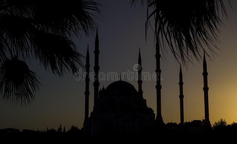 L'Adana/Turchia, vista centrale di notte della moschea di Sabanci fotografie stock