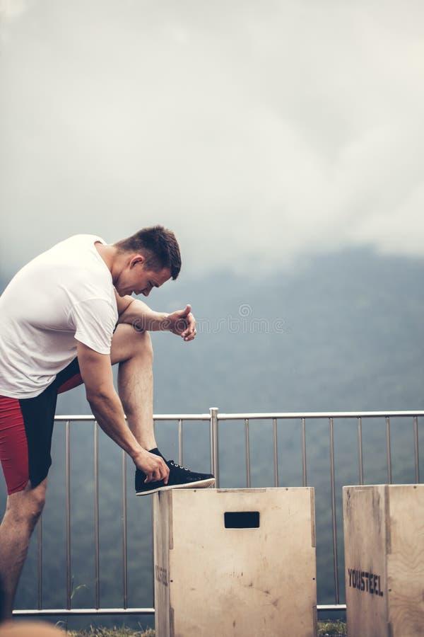 L'addestramento dell'uomo di forma fisica spinge verso l'alto fotografia stock