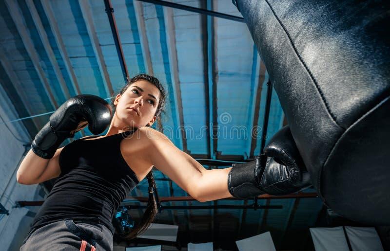 L'addestramento femminile del pugile alla palestra fotografia stock