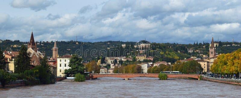 L'Adige che corre su dopo le tempeste in Verona Italy 3 fotografia stock libera da diritti