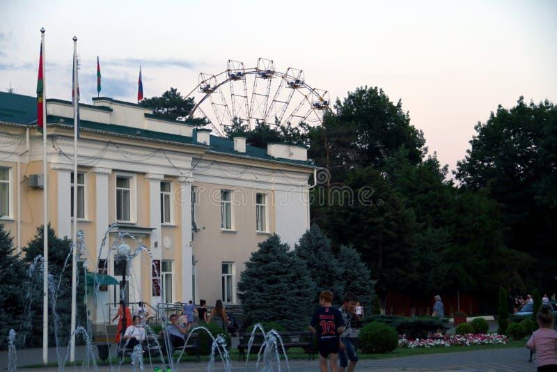 L'administration de la ville de Belorechensk à l'arrière-plan un parc de ville avec une roue de ferris images stock