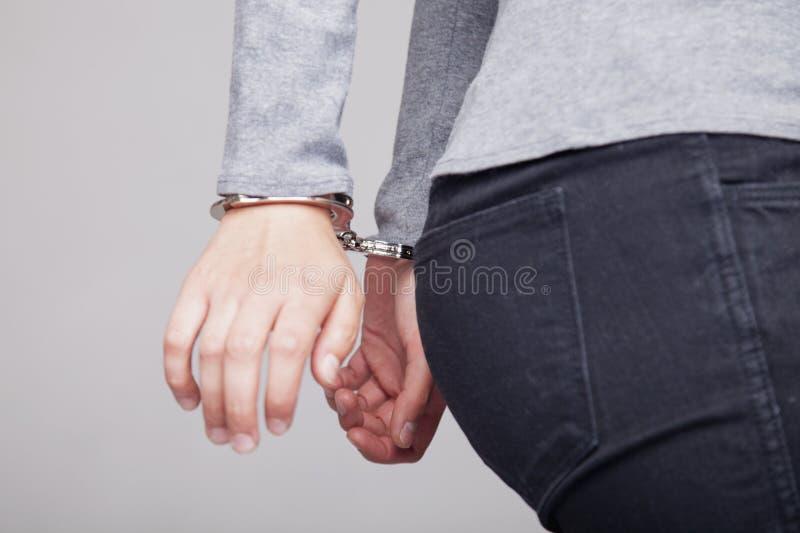 L'ado avec ses mains a menotté dans le concept criminel photos libres de droits