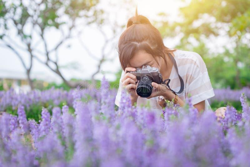 L'ado de fille apprécient des vacances avec la belle fleur de photographie photos stock
