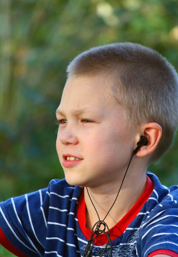 L'adolescent écoute la musique image libre de droits