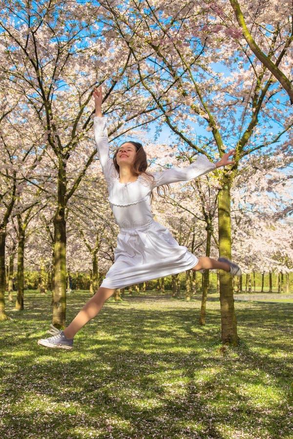 L'adolescent heureux est riant et sautant  photo libre de droits