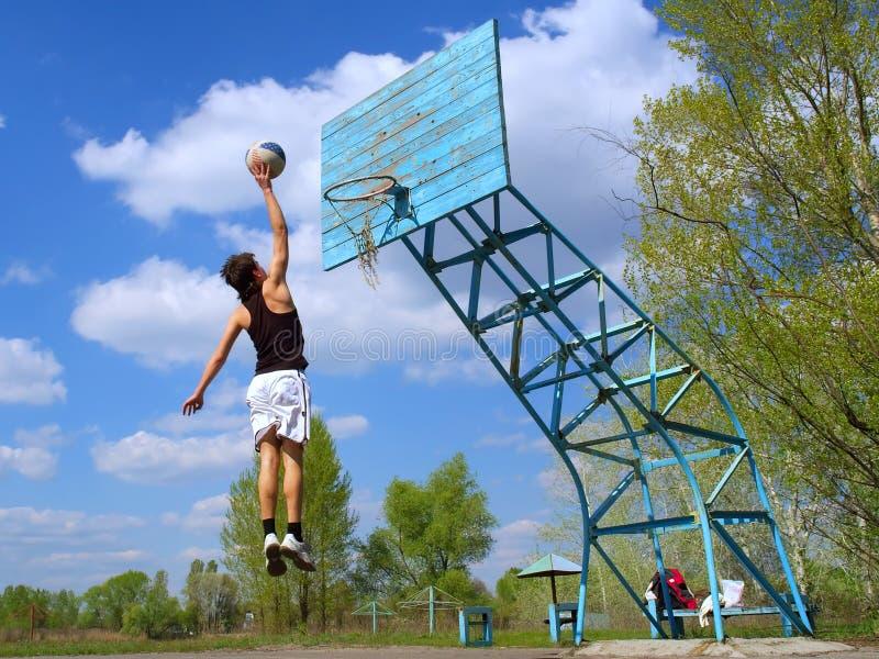 L'adolescent joue au basket-ball image stock